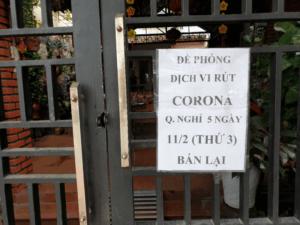 Kuvassa ilmoitus, että kahvila on suljettu koronaviruksen johdosta.