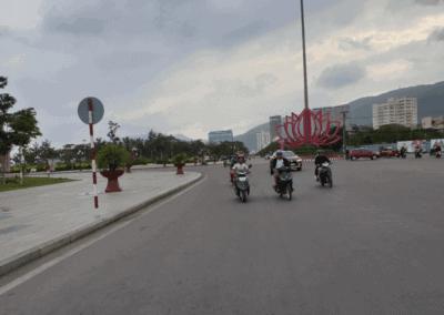 Liikennettä Quy Nhon kaupungissa vietnamissa. Liikennettä on vähän.